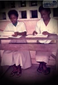 Phanie sur les bancs d'école (à gauche)