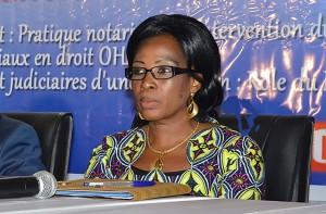 Me Kadjaka au cours d'une activité notariale à Lomé