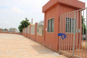 Vue partielle de la clôture du cimetière de Bè-Kpota