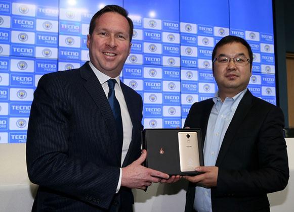 Tom Glick, directeur commercial de City Football Group, reçoit un Phantom 6 Plus personnalisé du Directeur Général de TECNO Mobile, Stephen Ha.