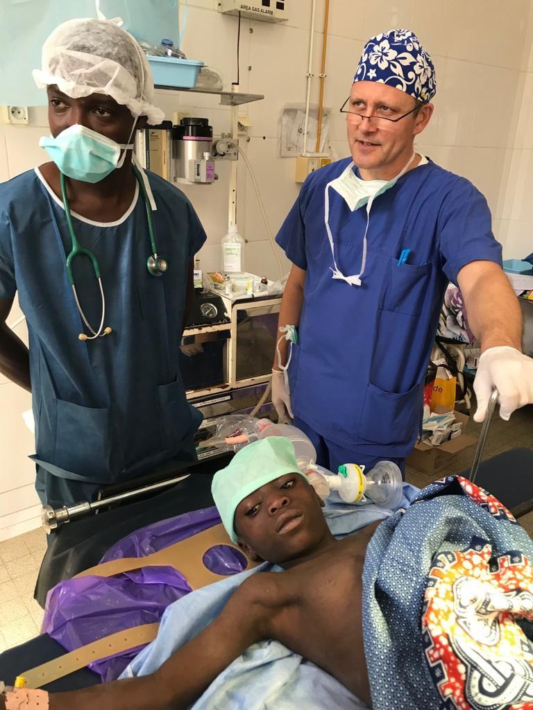 Les professionnels de Aimes-Afrique aux chevets d'un patient